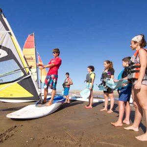 monitor en una demostración sobre la arena de la playa
