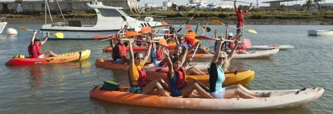 Barco navega con viento de poniente en Huelva