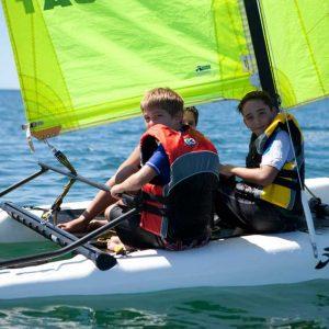 los pequeños navegando con un catamaran
