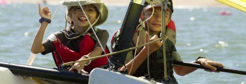 niños navegan en Catamarán infantil en Isla Canela , Huelva con Kanela Sailing School