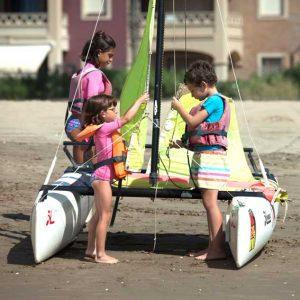 preparacion del Catamarán infantil en Isla Canela , Huelva con Kanela Sailing School