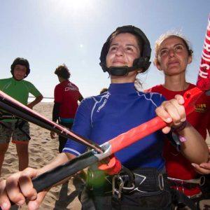 monitora y alumna en nuestro curso de kite surf