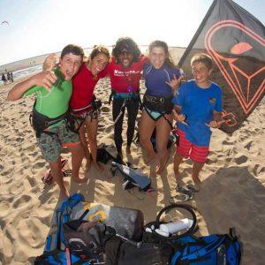 nuestro monitor de kitesurf con sus alumnos