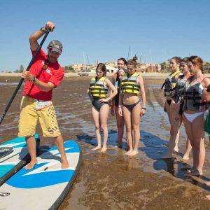 explicación del monitor de paddle surf en actividad de la universidad de sevilla