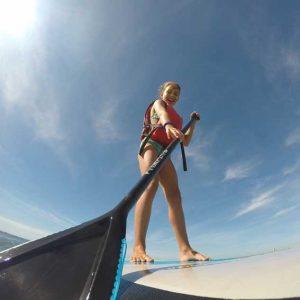 niña practicando Paddle surf en Isla canela y Punta del Moral. Huelva con Kanela Sailing School