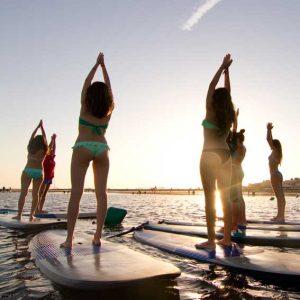 clase de sup yoga al atardecer en Isla Canela