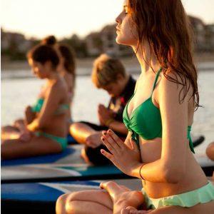 Alumnas en clase de sup yoga Isla Canela