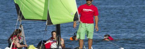 Nuestro catamaran navegando en la playas de Huelva durante uno de nuestros cursos