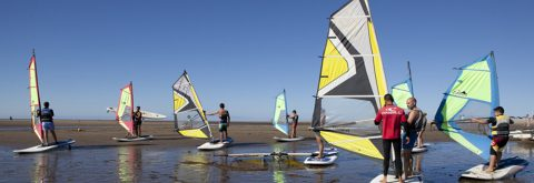 monitor en una clase de windsurf sobre la arena