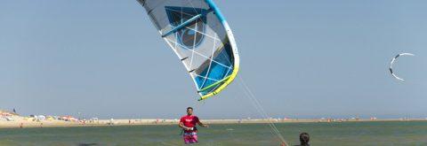uno de nuestros alumnos en un curso de kitesurf