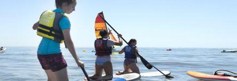 Grupo pasea en Paddle surf en Isla canela y Punta del Moral. Huelva con Kanela Sailing School