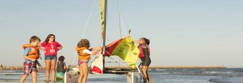 barcos de catamarán infantil en Punta del Moral e Isla Canela , Huelva